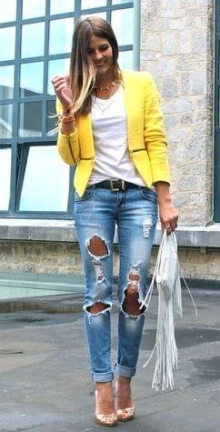 ropa de color amarillo con vaquero azul