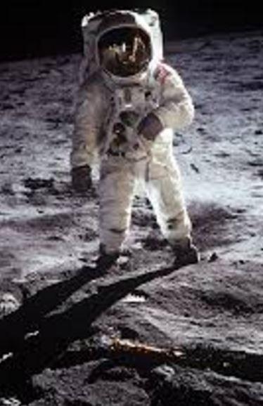 primero en pisar la luna