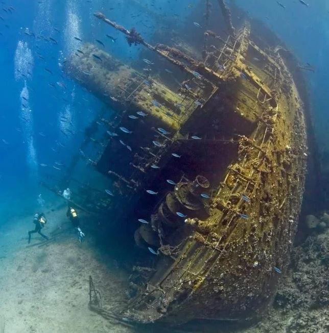 barco mercante hundido en el mar rojo