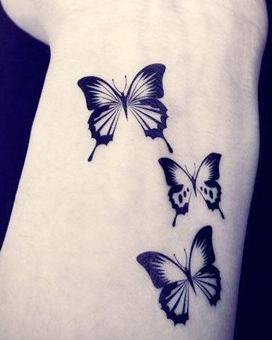 tatuajes mujeres pequeños mariposas muñeca