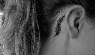 tatuajes mujeres pequeños pluma