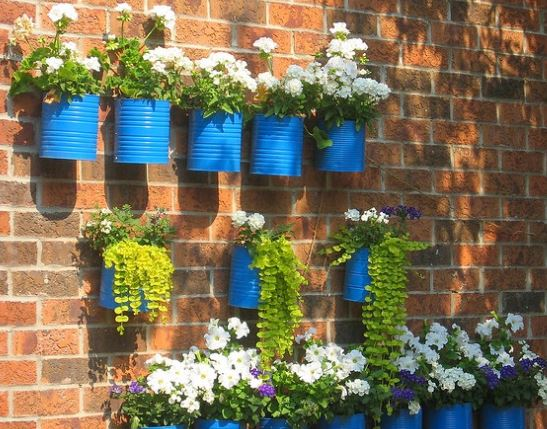 Ideas para decorar reciclando Jardin vertical con latas de metal