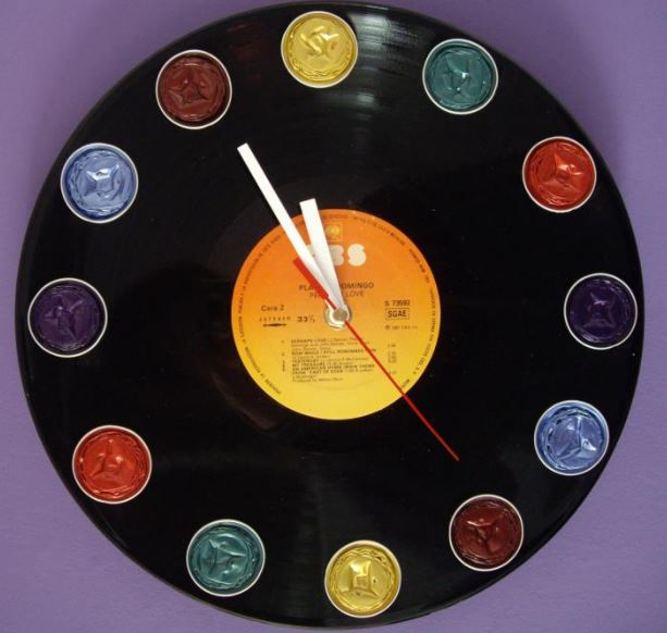 Ideas para decorar reciclando. Reloj con disco de vinilo reciclado.