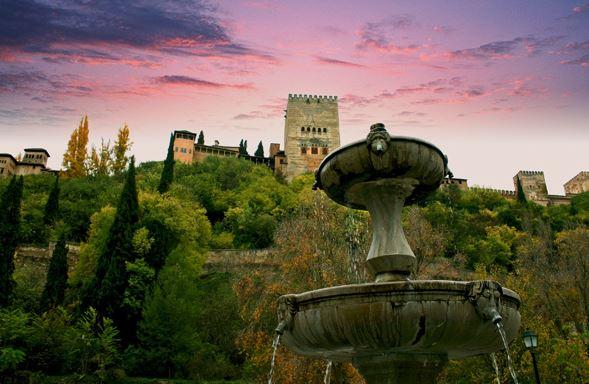 La Alhambra de Granada vista desde el Paseo de los Tristes