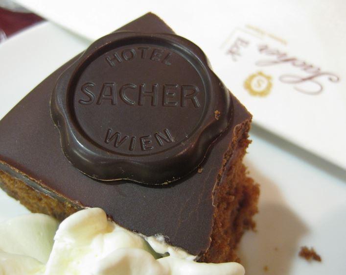 Famosa tarta sacher o sachertorte del hotel Sacher de Viena.