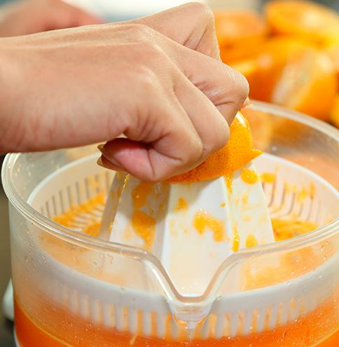 jugo de naranja exprimiendo