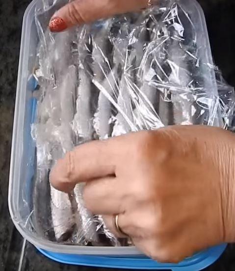 Cubrimos los boquerones con papel film y al congelador.