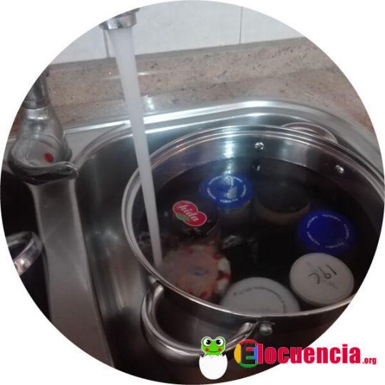 olla llena de agua para conservar comida sin congelar