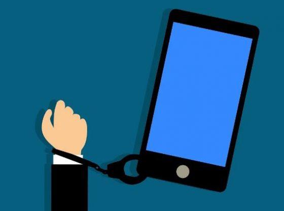 Adicción al móvil. imagen. del artículo sibre esta adicción en ninios y ninias