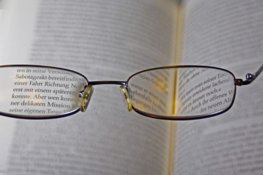 visión de una persona con presbicia o vista cansada