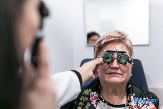 mujer graduandose la visión