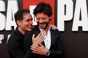 imagen en la que aparecen Álvaro morte y pedro Alonso actores de la casa de papel