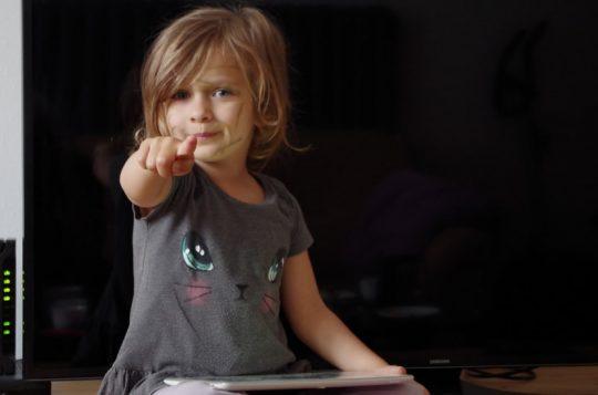 imagen de una niña que aprende inglés mientras canta