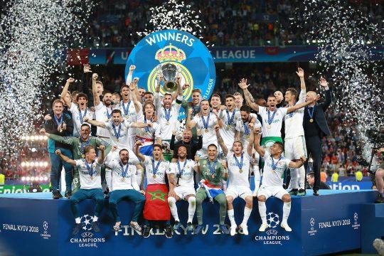 imagen del momento en el que el real madrid levanta la copa de la champion leage del 2018
