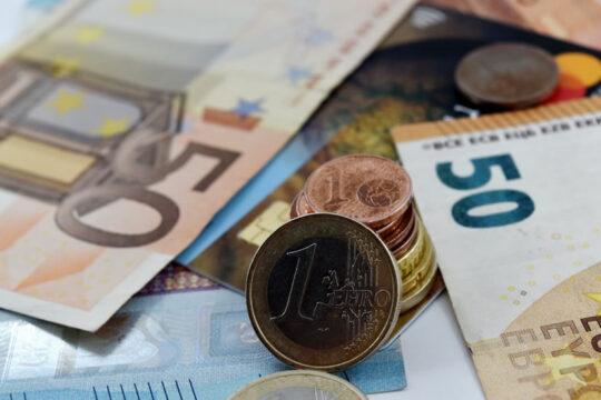 imagen en la que aparecen distinta monedas y billetes de euro